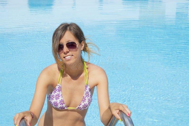 Muchacha que sale la piscina imagen de archivo