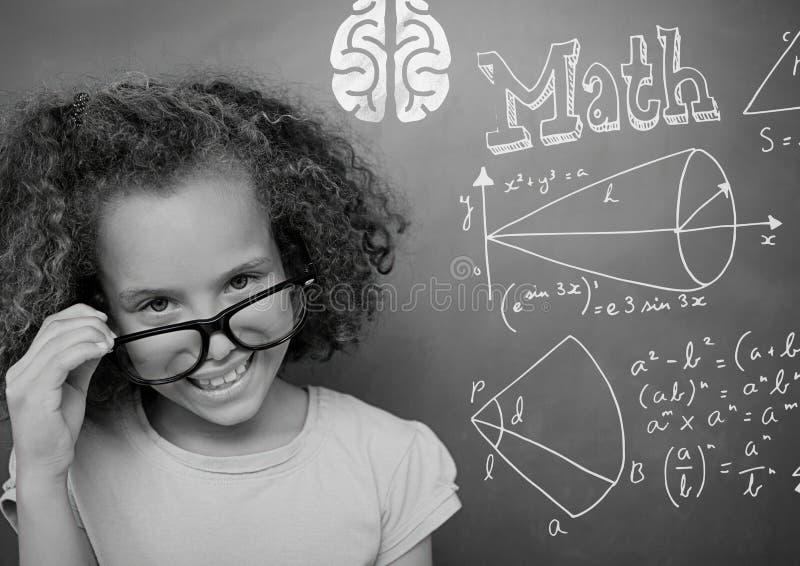 Muchacha que señala en las ecuaciones de la matemáticas en la pizarra fotografía de archivo