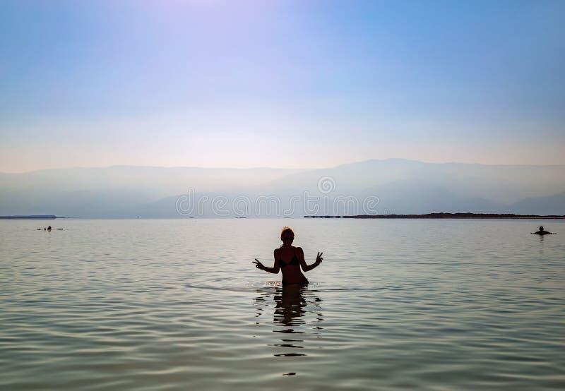 Muchacha que se baña en el mar muerto imagen de archivo libre de regalías