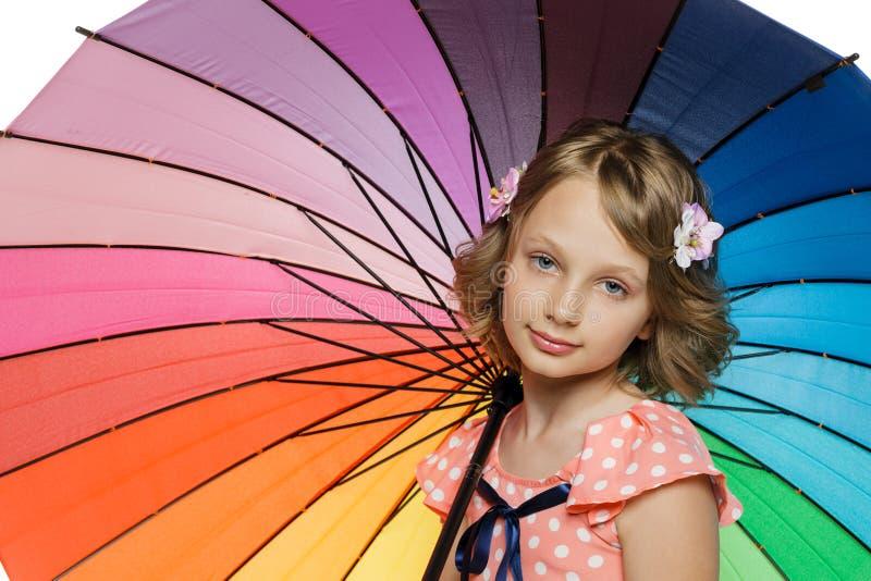 Muchacha que se coloca con el paraguas fotografía de archivo