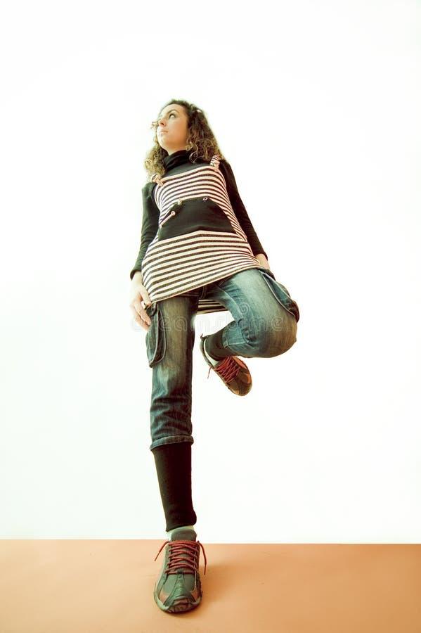 Muchacha que se coloca en una pierna imagen de archivo libre de regalías