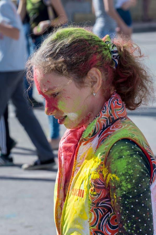 Muchacha que se divierte en el festival de colores imagenes de archivo