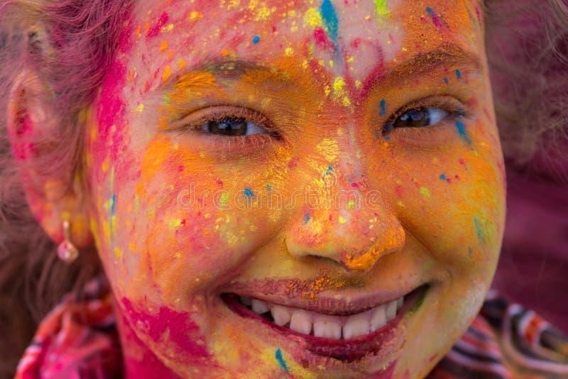 Muchacha que se divierte en el festival de colores fotografía de archivo libre de regalías