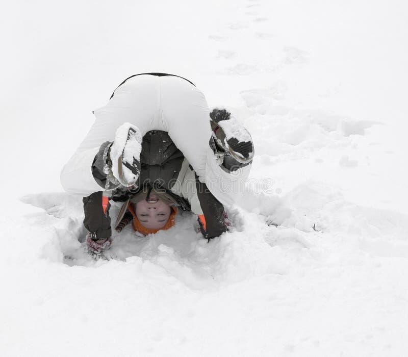 Muchacha que se divierte en la nieve fotos de archivo