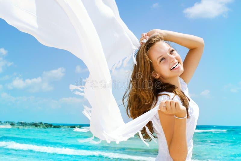 Muchacha que se divierte en la playa