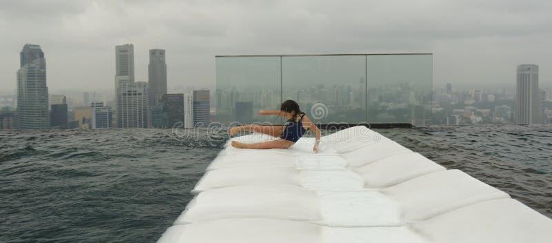 Muchacha que se divierte en piscina en Singapur imagen de archivo libre de regalías