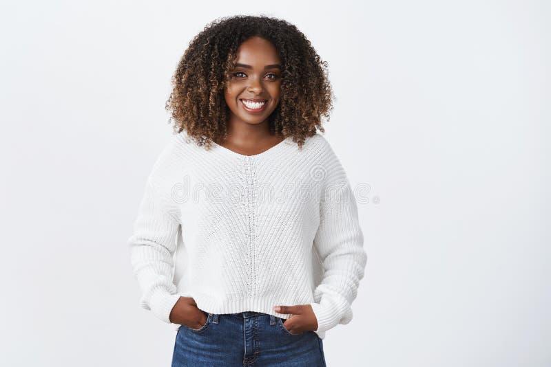 Muchacha que se divierte que habla con la persona interesante Retrato de la mujer joven sonriente carismática alegre del afroamer fotos de archivo