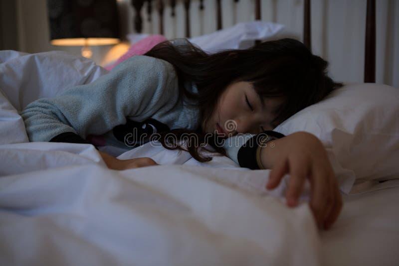 Muchacha que se relaja en cama foto de archivo libre de regalías