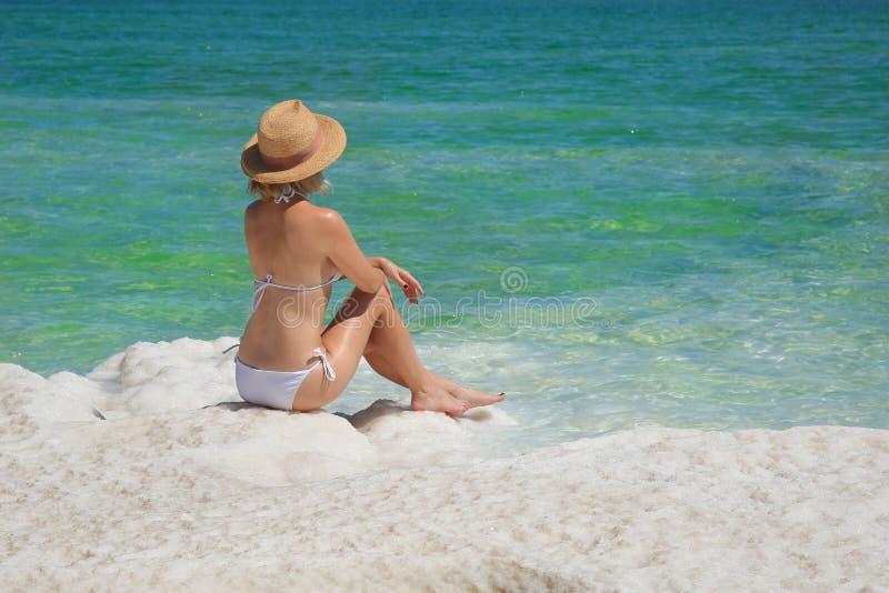 Muchacha que se relaja en el agua del mar muerto imagen de archivo