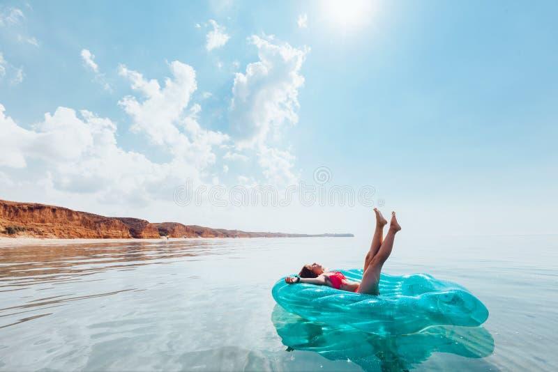 Muchacha que se relaja en el anillo inflable en la playa fotografía de archivo libre de regalías