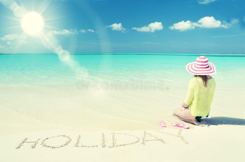 Muchacha que se relaja en la playa foto de archivo libre de regalías
