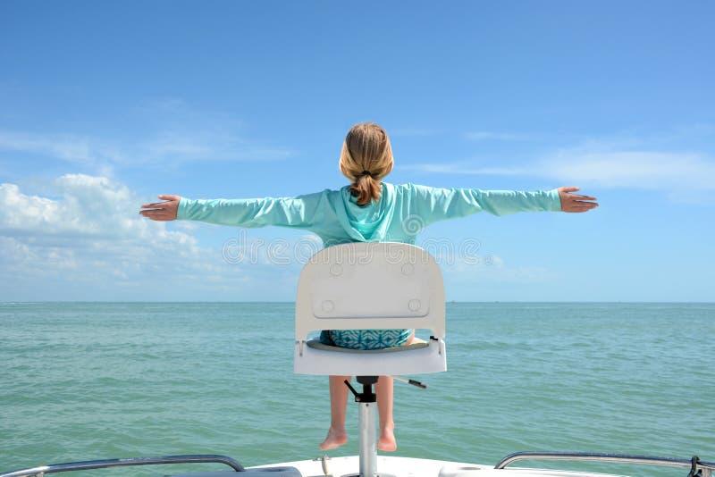 Muchacha que se sienta en el barco fotografía de archivo libre de regalías