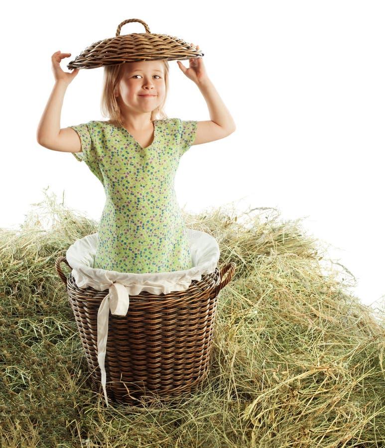 Muchacha que se sienta en la cesta fotos de archivo