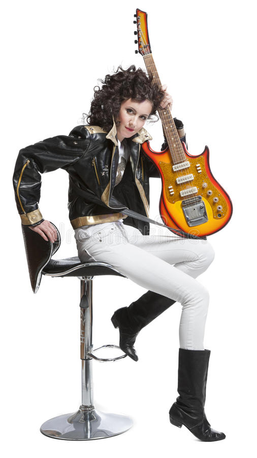 Muchacha que se sienta en la silla con la electro guitarra fotos de archivo libres de regalías