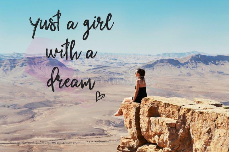 Muchacha que se sienta en un acantilado y que mira el desierto fotos de archivo