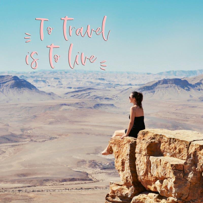 Muchacha que se sienta en un acantilado y que mira el desierto imagenes de archivo