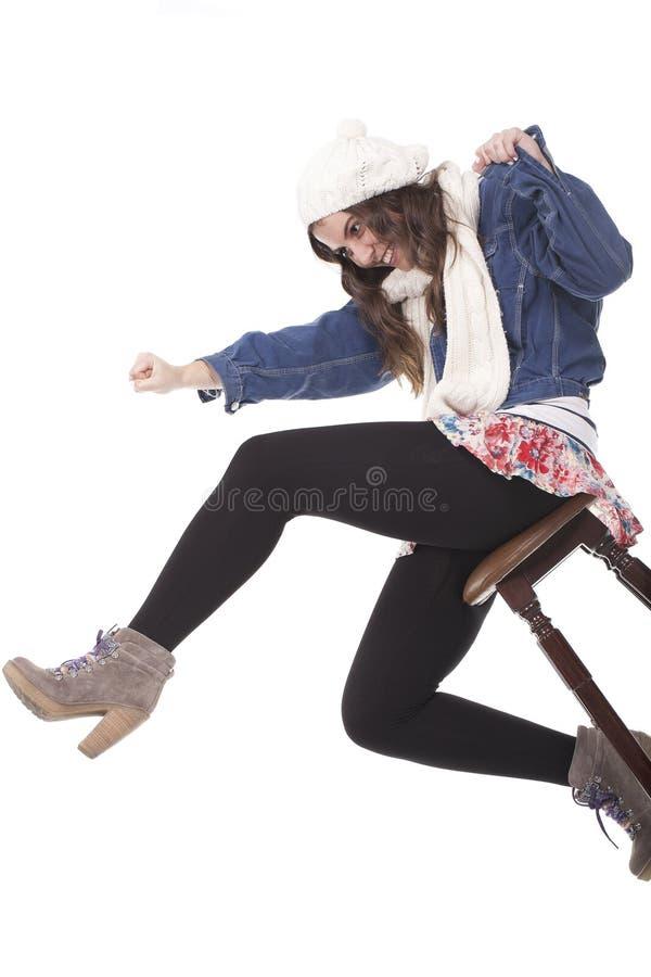 Muchacha que se sienta en un banco imagen de archivo libre de regalías