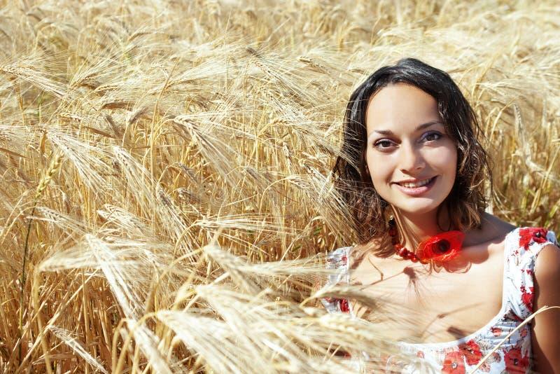 Muchacha que sonríe en campo de trigo foto de archivo libre de regalías