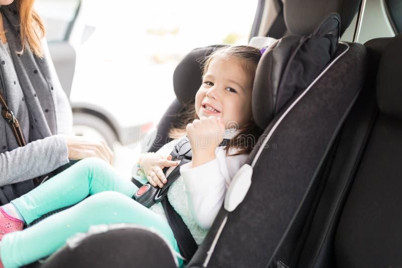 Muchacha que sonríe en el asiento de carro fotos de archivo libres de regalías