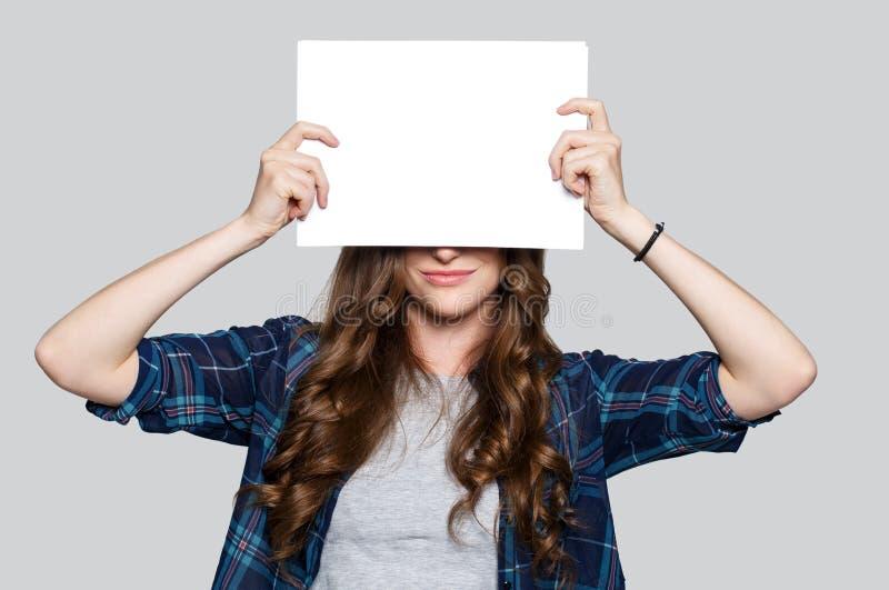 Muchacha que sostiene la cartelera blanca foto de archivo libre de regalías