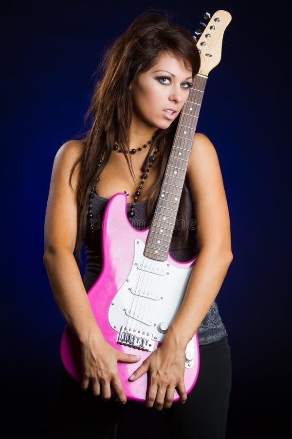Muchacha que sostiene la guitarra foto de archivo libre de regalías
