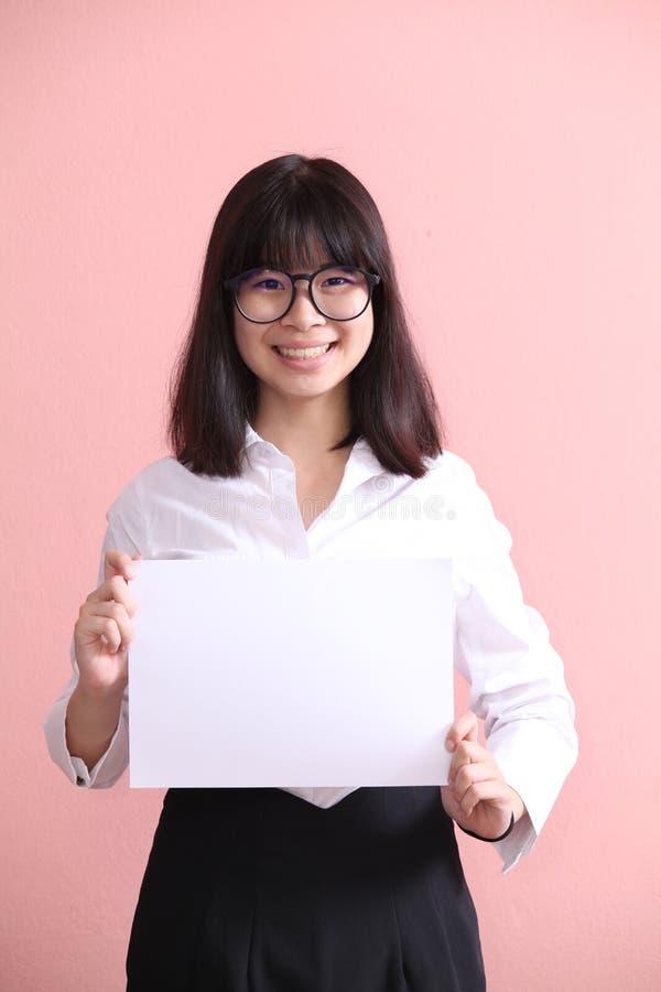 Muchacha que sostiene la hoja en blanco imagen de archivo