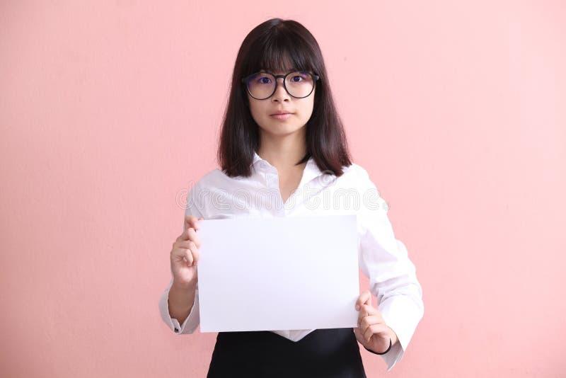 Muchacha que sostiene la hoja en blanco imagen de archivo libre de regalías