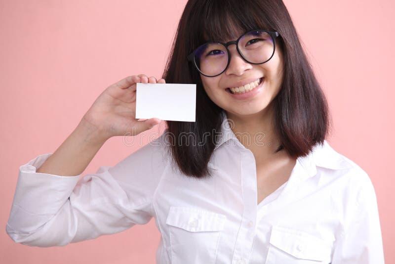 Muchacha que sostiene la hoja en blanco fotografía de archivo