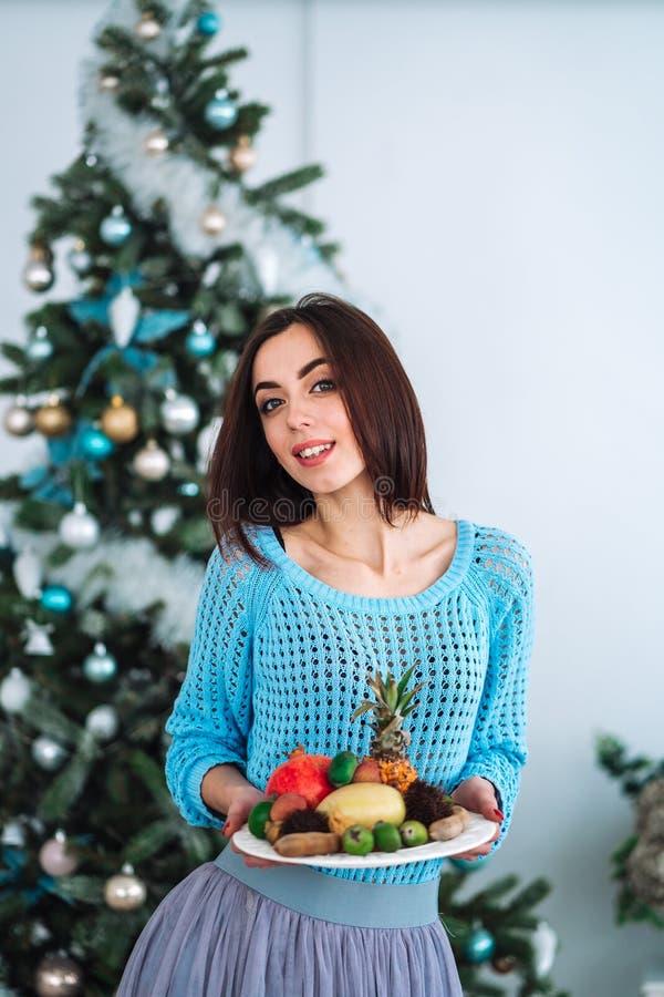 Muchacha que sostiene la placa sana de la fruta fotos de archivo