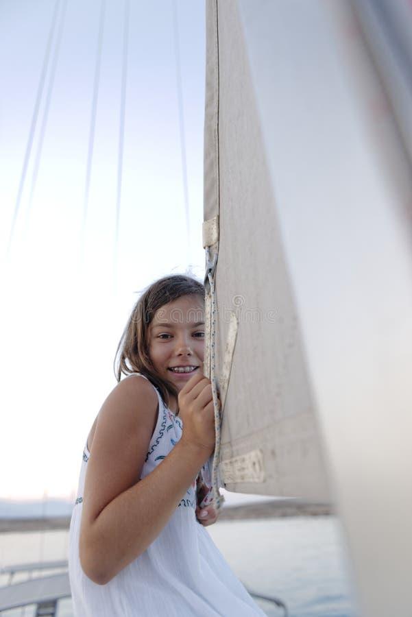 Muchacha que sostiene la vela del barco fotografía de archivo