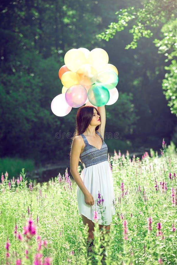 Muchacha que sostiene los globos disponibles imagen de archivo libre de regalías