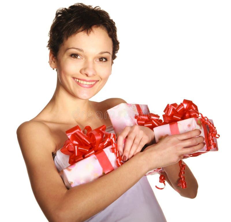 Muchacha que sostiene los rectángulos de un regalo fotos de archivo