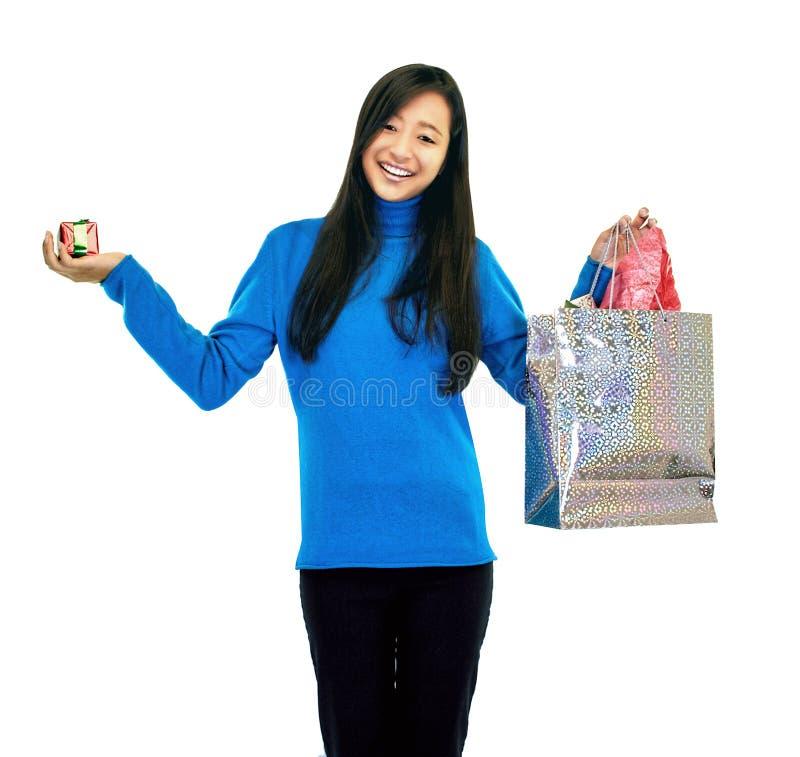 Muchacha que sostiene un bolso del regalo imágenes de archivo libres de regalías