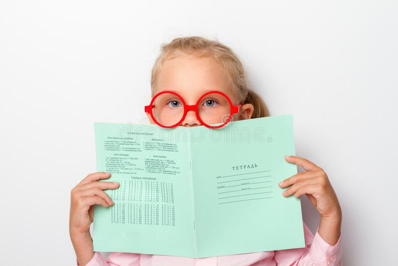 Muchacha que sostiene un cuaderno sobre blanco - retratos de la educación imagen de archivo