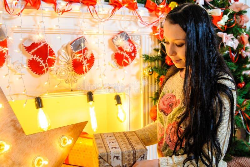 Muchacha que sostiene un regalo en el Año Nuevo foto de archivo libre de regalías