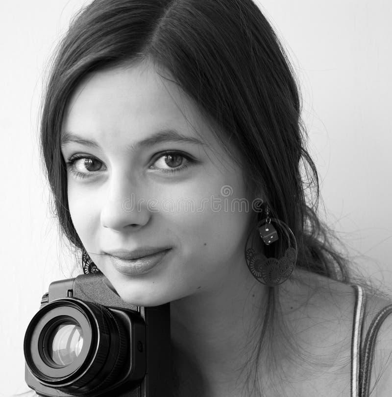 Muchacha que sostiene una cámara imagen de archivo