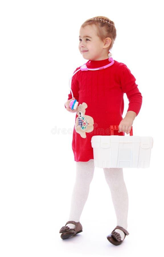 Muchacha que sostiene una cartera blanca imagen de archivo