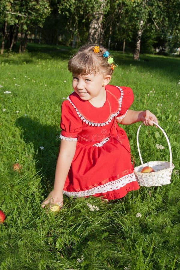 Muchacha que sostiene una manzana imagen de archivo libre de regalías