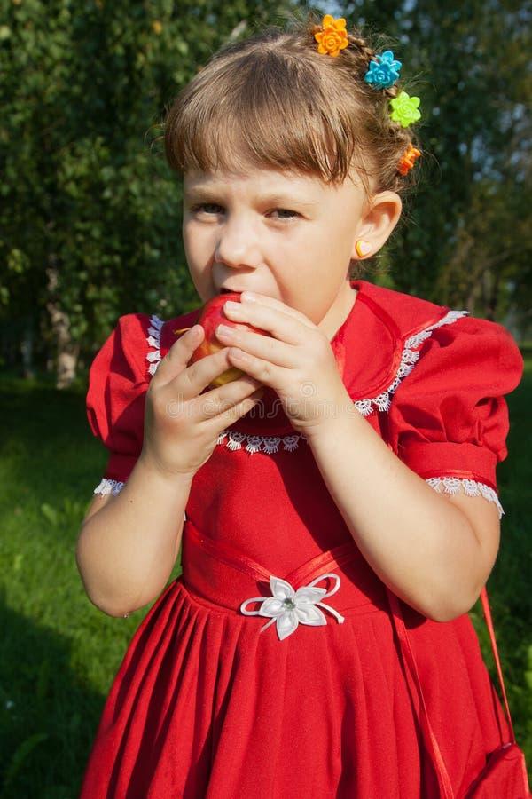 Muchacha que sostiene una manzana imágenes de archivo libres de regalías