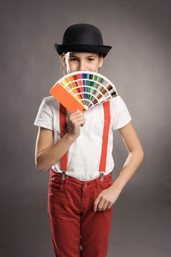 Muchacha que sostiene una paleta del pantone fotografía de archivo libre de regalías