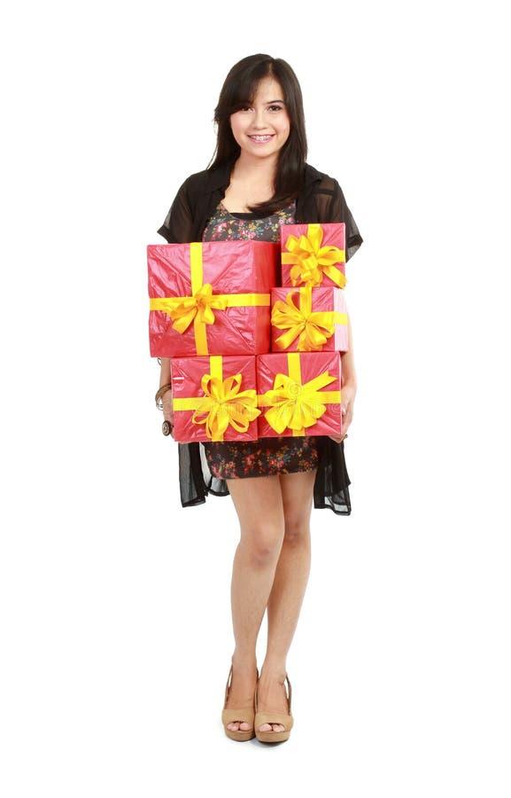 Muchacha que sostiene una pila del rectángulo de regalo fotos de archivo