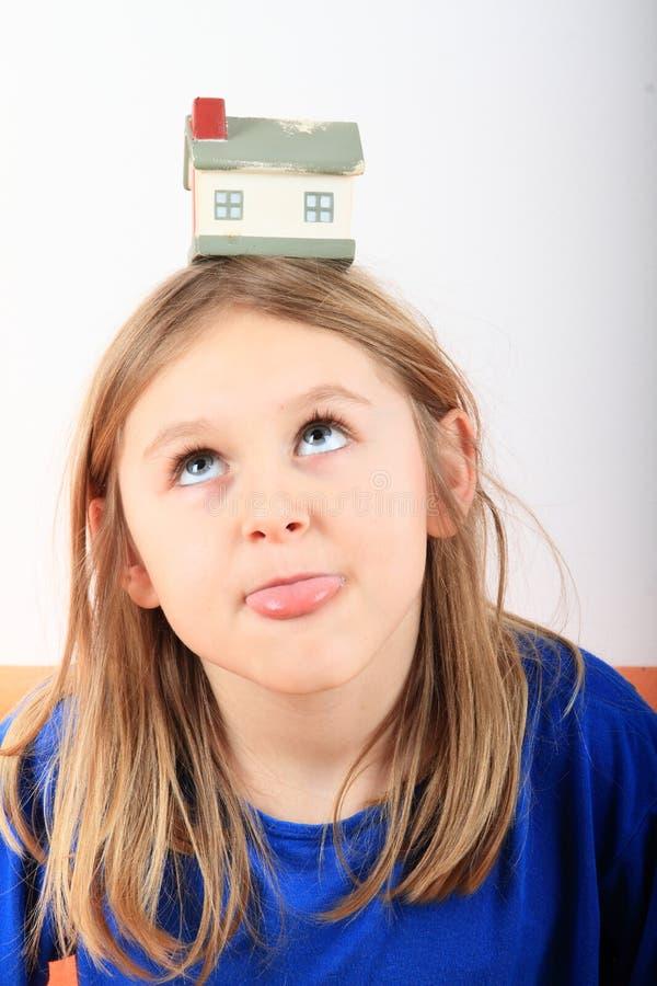 Muchacha que sueña sobre casa fotos de archivo