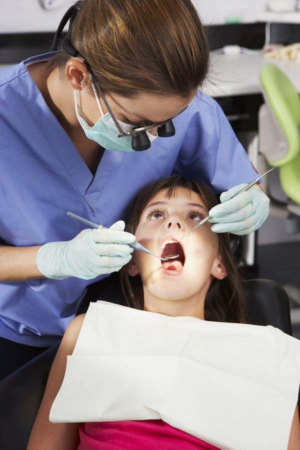 Muchacha que tiene control dental para arriba con el dentista de sexo femenino fotografía de archivo libre de regalías
