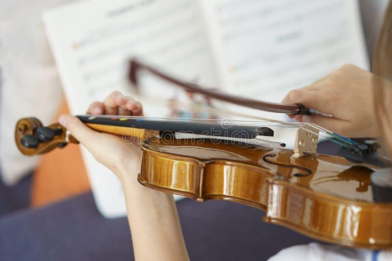 Muchacha que toca el violín por las notas imágenes de archivo libres de regalías