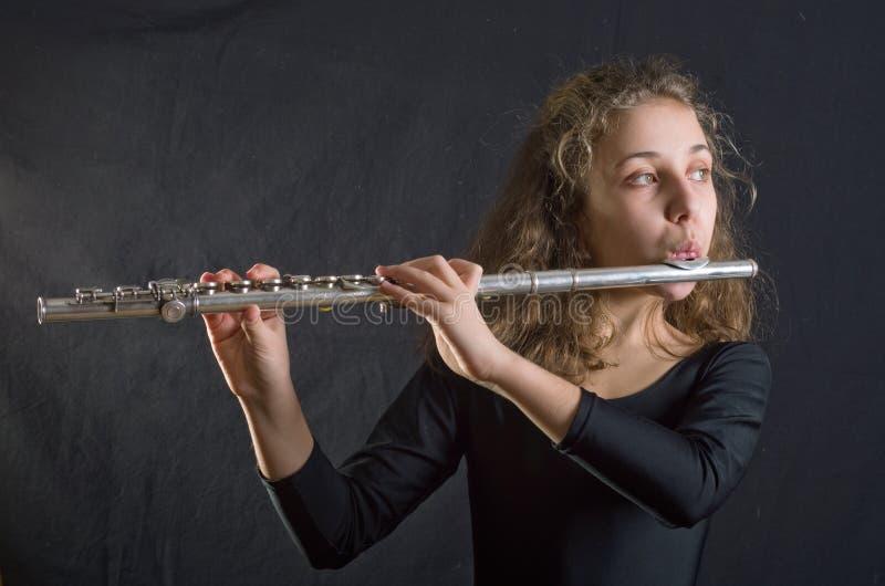 Muchacha que toca la flauta fotografía de archivo libre de regalías