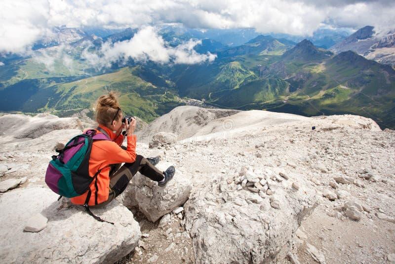 muchacha que toma cuadros del panorama hermoso imagen de archivo