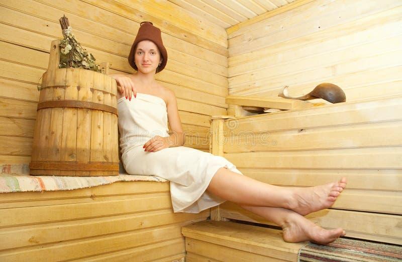 Muchacha que toma el baño de vapor fotografía de archivo libre de regalías