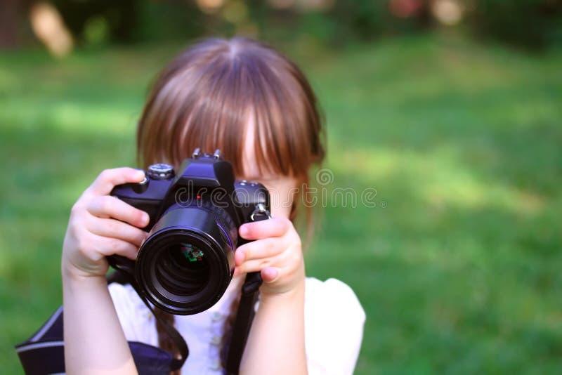 Muchacha que toma imágenes fotos de archivo