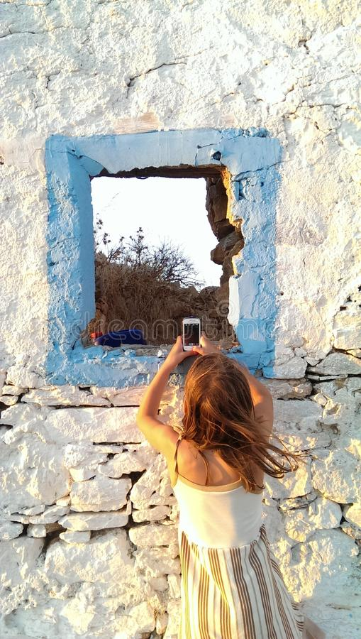 Muchacha que toma la foto con el teléfono móvil imágenes de archivo libres de regalías