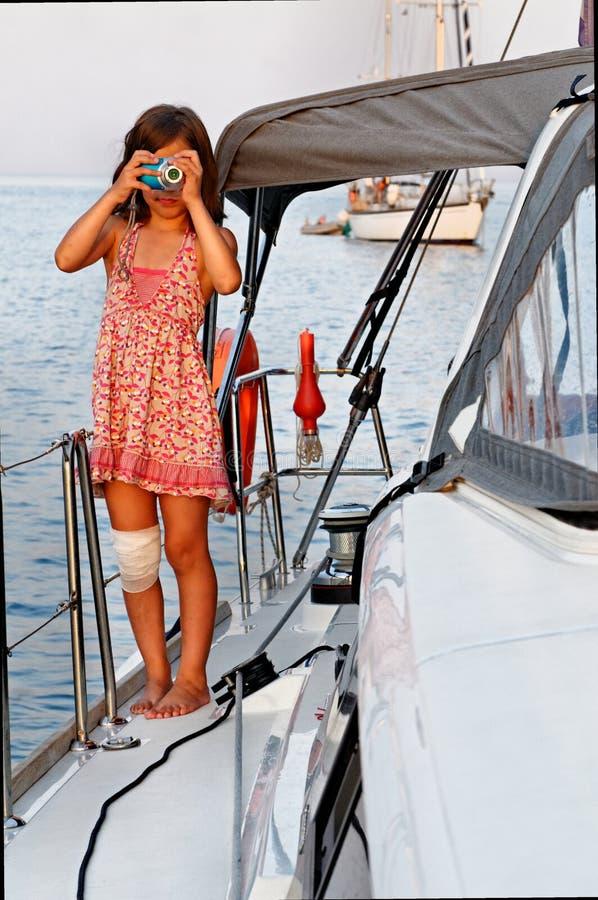 Muchacha que toma la imagen con la cámara imagen de archivo